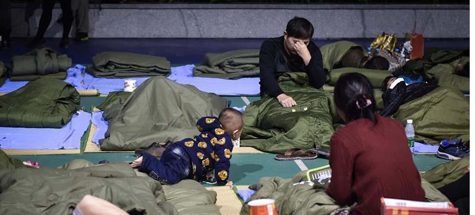 12月21日,撤离的群众在深圳市光明新区群众体育中心休息。