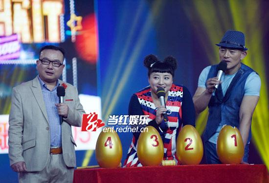 何晶晶与彭鹰、张一生等一起担任《娱乐大歌厅》主持。