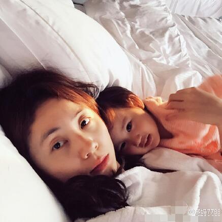 黄磊庆二胎女儿两岁生日 多多送妹妹手绘贺卡