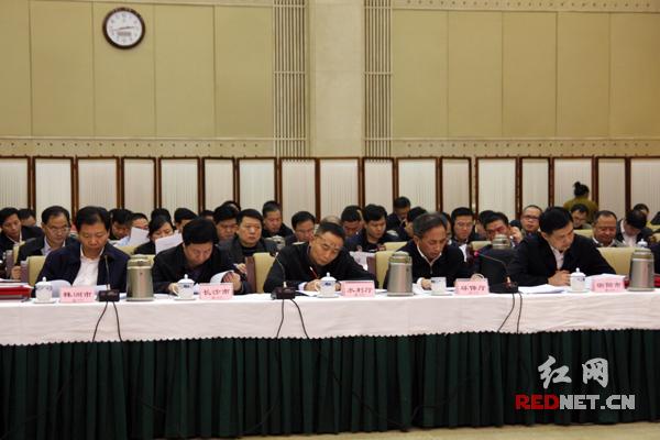 湘江保护协调委员会办公室主任、湖南省水利厅厅长詹晓安(左三)作工作汇报。