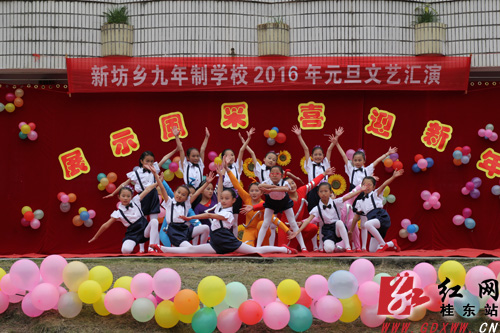 新坊学校文艺汇演现场-桂东 形式多样庆元旦 喜庆祥和迎新年图片