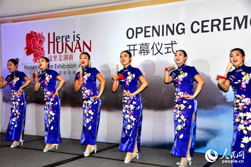 介绍湖南自然人文的歌舞表演(摄影 殷淼)