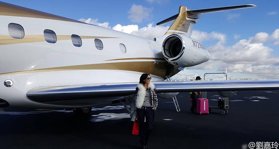刘嘉玲与1.3亿私人飞机合影 亲吻机头贵妇范十足