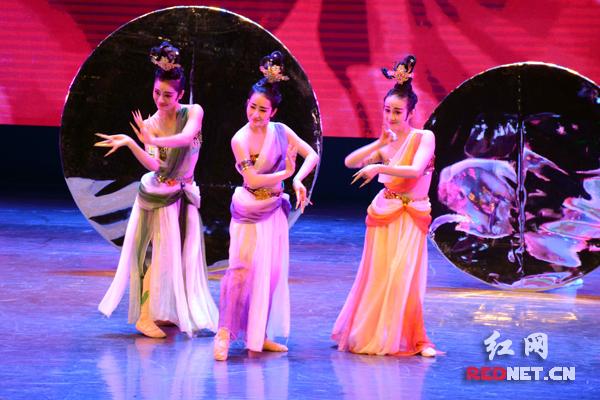 颁奖盛典上,获奖舞蹈一个个轮番上演。