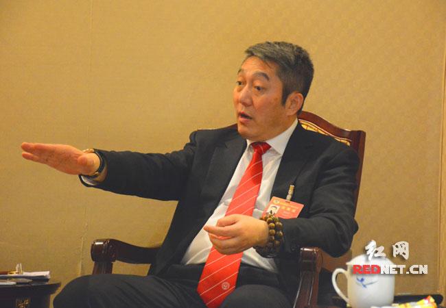 孙易兵委员在谈香港养老与内地养老的差异。