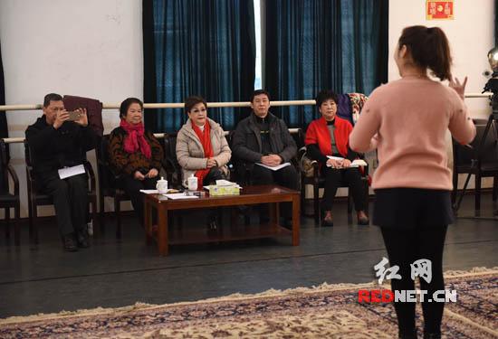 对于表演者们的演唱,李谷一听得相当入神。