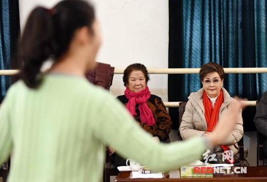 表演者们唱得投入,李谷一也跟着哼唱。