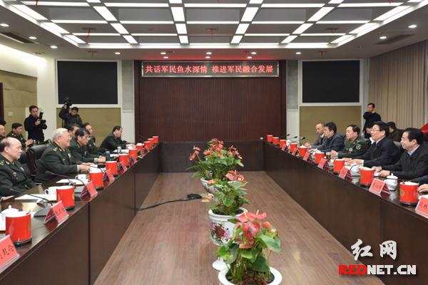 今天下午,湖南省委书记、省人大常委会主任、省军区党委第一书记徐守盛先后来到国防科大和武警湖南总队看望慰问,与官兵们亲切座谈。