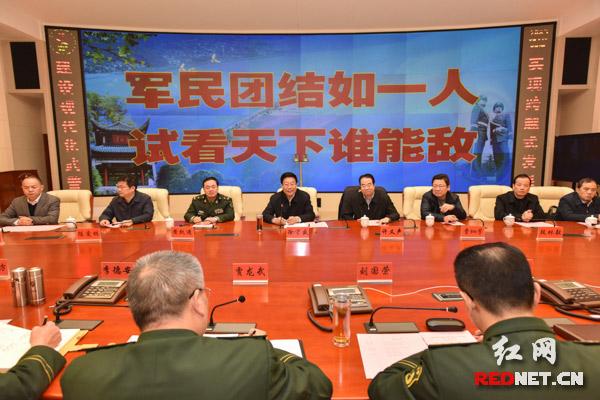 徐守盛先后来到国防科大和武警湖南总队看望慰问,与官兵们亲切座谈。