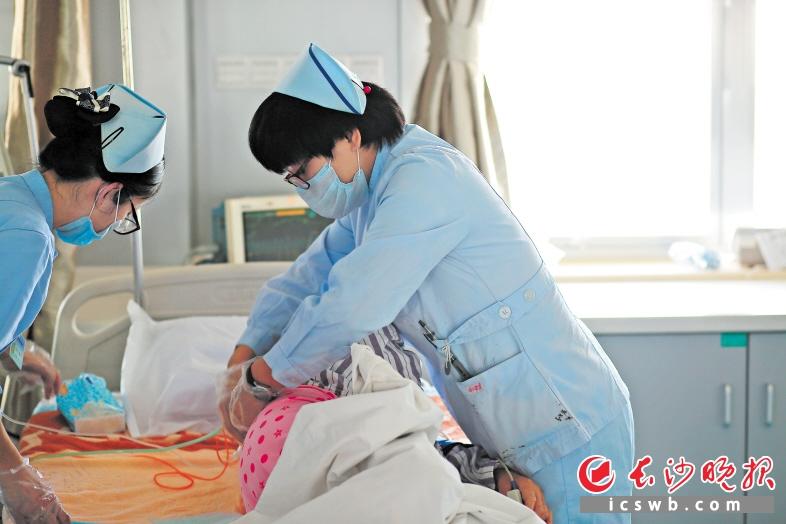 视频护士工作是要病人