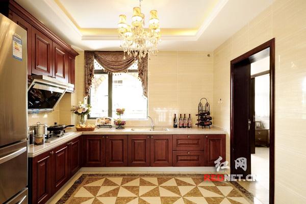 欧美风格整体橱柜样板房。/资料图 通常而言,装修好不好,厨房是代表。可见厨房装修的重要性。随着现代家庭装修观念的革新,越来越多的人选择一种更为简单、时尚的厨房装修方案,那就是定制整体橱柜。      整体厨柜,由厨柜、电器、燃气具、厨房功能用具四位一体组成的厨柜组合。整体橱柜的优点在于整体风格一致,简约时尚,大气典雅。安装方便、规范,设计合理,功能齐备,只需要装修者挑选好满意的装修风格,其他事宜就不用去建材市场东奔西跑,让人省心又省时。      装修建材行业中,整体橱柜是家居装修中必不可少的产品,随