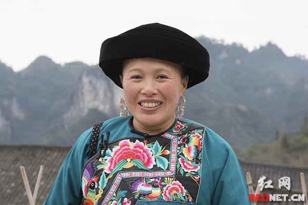 """以前儿子儿媳在浙江打工,46岁的伍大姐在家带孙子。看到村里可喜的变化,伍大姐希望""""能好到把儿子儿媳留下来""""。"""