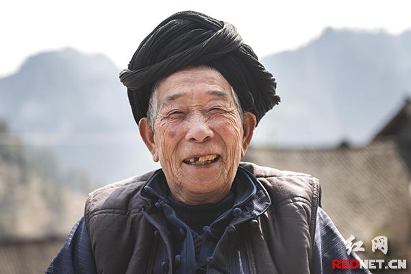 这个春节,89岁的石巴六老人过得特别开心。二儿子一家从浙江赶回来,老人四代同堂,享受天伦之乐。