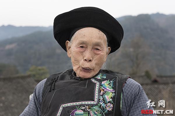 正月初十走亲戚,82岁的梁三妹几年不来十八洞,发现寨子大变样,自己都有些不认得了。