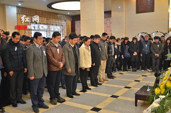 参加告别仪式的各界干部群众向陈书国同志默哀。