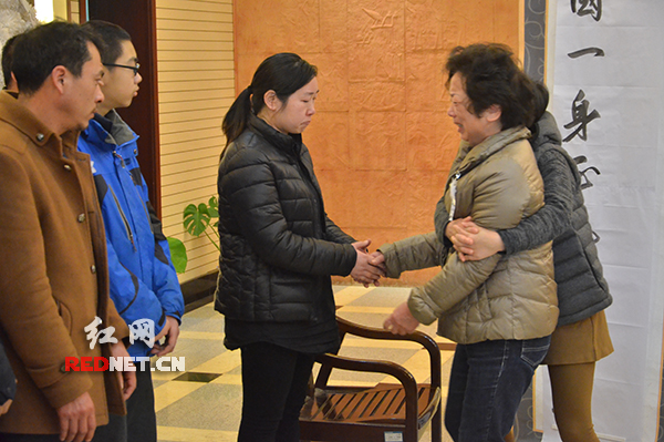 前来送别的人们向陈书国同志遗孀曾雪晴[中]握手慰问。