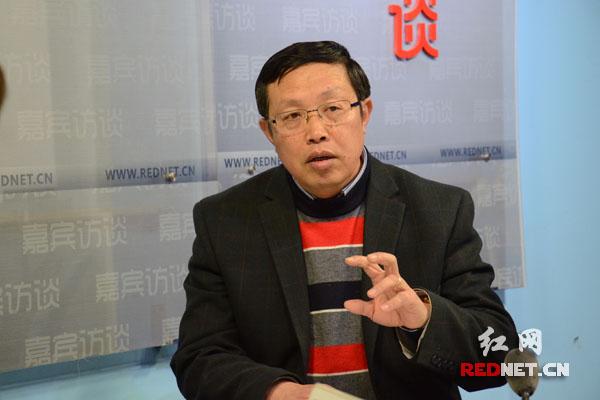 邓子牛认为,考虑果农的利益在当年不受大的影响前提下,麻阳县每年柑桔品改可控制在2-3万亩。