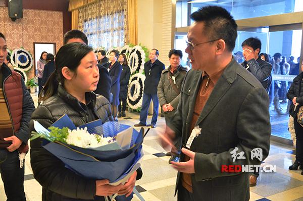 中南传媒董事、红网党委书记、董事长舒斌(右)代表红网同仁向陈书国同志遗孀表示慰问。