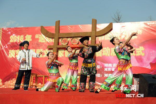 苗歌剧《挂牌》讲述了2013年11月3日习总书记在此座谈后,十八洞村民施成富家中发生的故事。