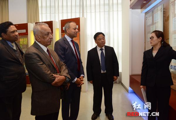 3月2日,斯里兰卡发展战略与国际贸易部部长马利克·萨马拉维克拉马一行来到湖南建工集团进行考察访问。图为斯里兰卡访问团参观湖南建工荣誉展示室。摄影 通讯员王益书