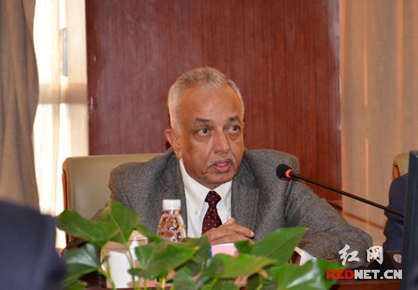 斯里兰卡发展战略与国际贸易部部长马利克·萨马拉维克拉马表示,希望能拓展双方合作,一同将斯里兰卡建设成与中国一样美丽的国家。摄影 盛学运