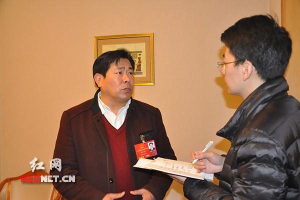全国人大代表、张家界慈利县龙潭河镇党委书记向平华(左)希望自己的建议被更多人关注,很乐意接受采访。