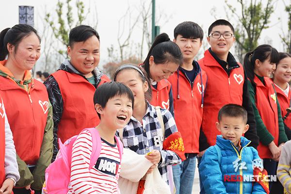 """6日,长沙市侯家塘街道泉塘社区在松雅湖国际友谊林开展了""""保护青山绿水,你我携手同行""""学雷锋志愿活动。"""