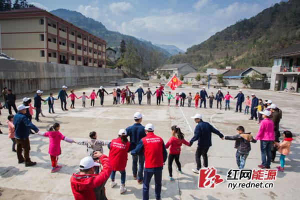常德供电公司青年志愿者与石门县雁池乡苏市完全小学的30名贫困儿童开展联欢互动,同时为孩子们送去丰富的爱心物资