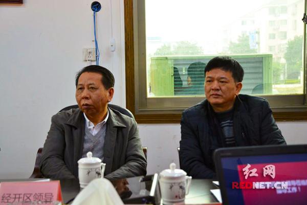 浏阳经开区党工委书记周岳云(左一)走进企业交流。图片由浏阳经开区办公室提供。