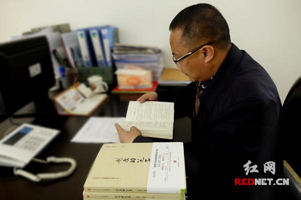 桂阳县正和镇党委书记李跃华有空就学习《制度的笼子》。