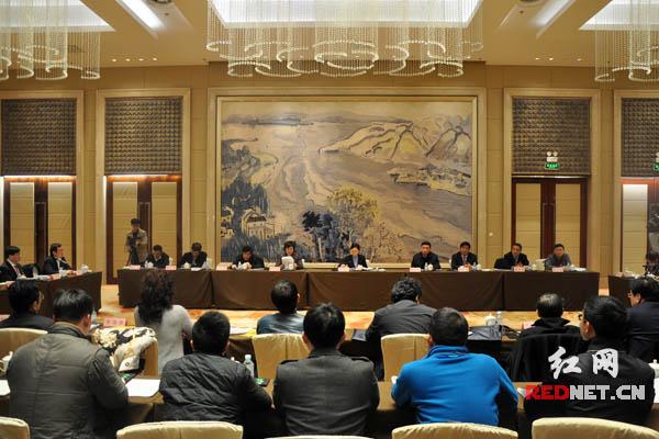 10日下午,驻湘全国政协委员在北京湖南大厦集中座谈,学习、领会、贯彻习近平总书记在民建、工商联界委员联组会上的重要讲话精神和参加湖南代表团审议时的重要讲话精神。