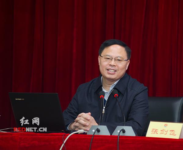 """3月19日上午,湖南省副省长张剑飞为学员们开展了一场主题为""""对当前经济形势的几点认识""""的专题讲座。摄影 章尧"""