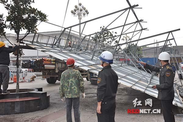 长沙市芙蓉区城管人员正在现场指挥拆除工作。