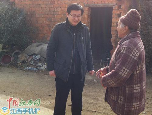 赵长仁在走访困难群众(资料图)