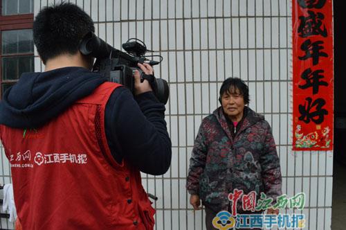 """黄堂村村民说,赵长仁""""没架子,说话和气,从来不打官腔""""(记者王樊摄)"""