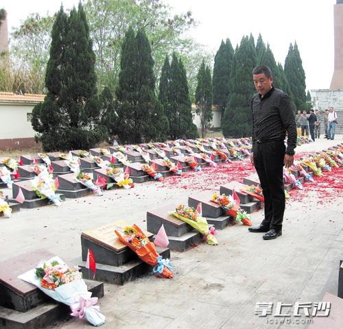 """""""长沙伢子""""朱豫刚30多年不间断为战友扫墓。 受访者 供图"""
