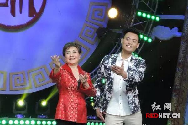李谷一和90后李阳在表演。