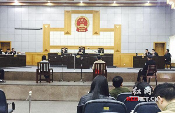 图为庭审现场。
