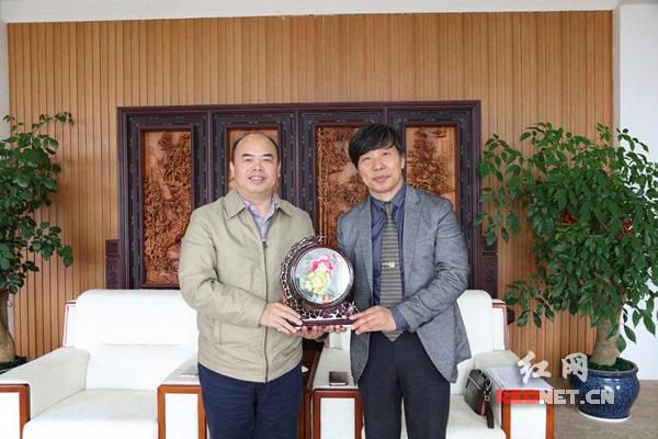 浏阳经开区代表(左)向韩国圆光大学孔子学院代表(右)赠送湘绣。