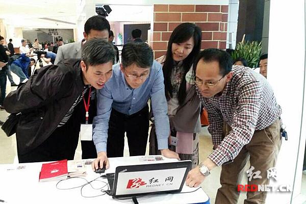 湖南省新闻出版广电局副局长毛良才(左二)浏览红网阅读频道、书香湖南专题网页,并参与频道推出的书香湖南答题活动。