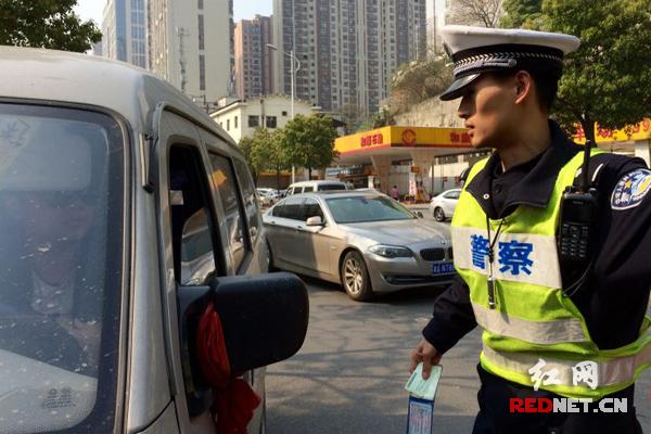 """长沙环保部门联合交警部门对无绿色环保标志机动车闯禁、以及""""冒黑烟""""机动车上路行驶等违法行为开展联合执法。"""