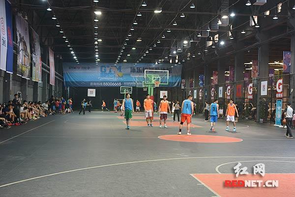 体育场馆包括室内篮球场,室内足球场等多个体育项目.