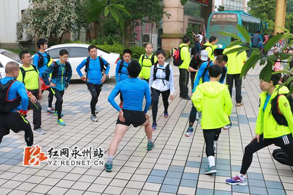 选手们在进行活动前的热身运动