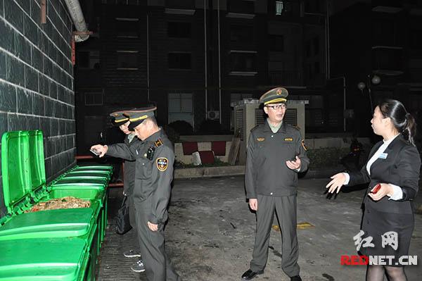 岳麓区城管综合执法大队餐厨垃圾中队人员来到所辖范围内督查执法,对部分餐饮店的垃圾堆放进行检查。