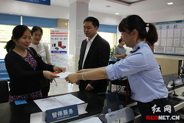国税工作人员为纳税人办理增值税发票图片