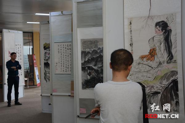 活动期间还同步举行了字画、玉器、翡翠等工艺品展览。