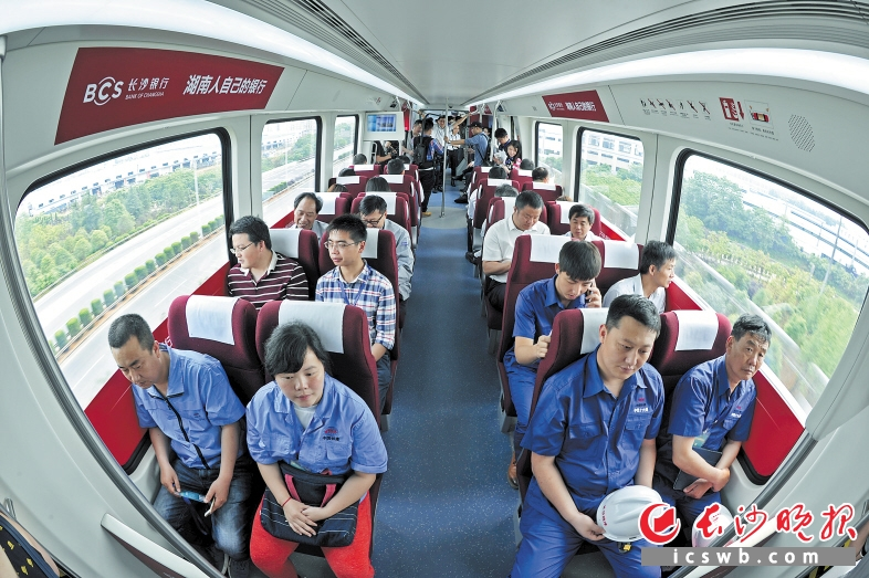 """长沙磁浮快线正式载客试运营:从容""""赶""""飞机 旅途不再囧"""