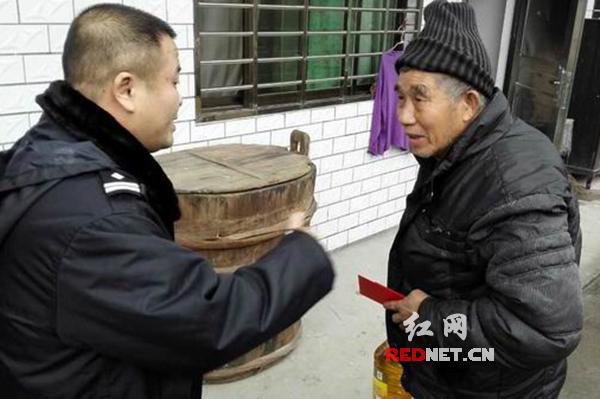 郴州市公安局苏仙分局禁毒大队大队长罗晓峰走访慰问困难群众。