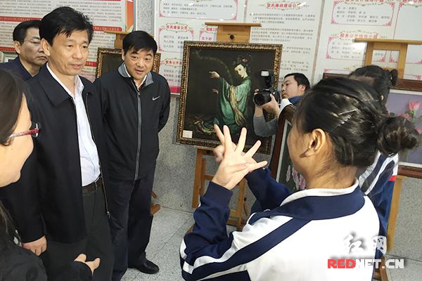 在湖南省特教中等专业学校,蔡振红和残疾学生交流。