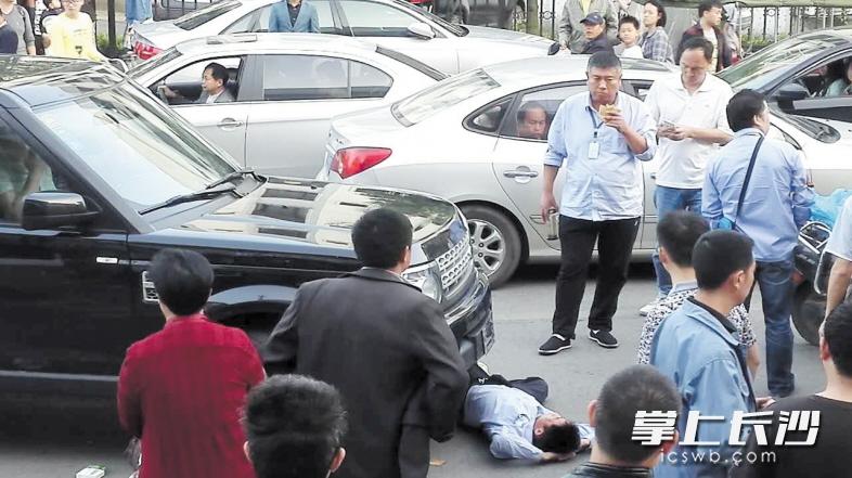 劝小车让出公交视频公交站台遭两男子暴打司机黑屏素材图片